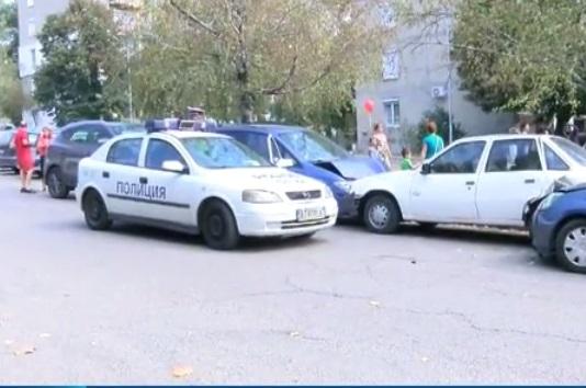 Непълнолетен младеж без книжка предизвика верижна катастрофа във Велико Търново. Инцидентът стана близо до едно от училищата в града. Момчето навлязло с автомобила си в забранена улица и ударило три паркирани автомобила на родители, които в този момент изпращали децата си на училище.  Няма сериозно пострадали при катастрофата. От полицията тепърва ще изясняват как и от кого момчето е взело колата.