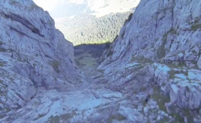 Скоростен полет с парапланер на сантиметри от планината