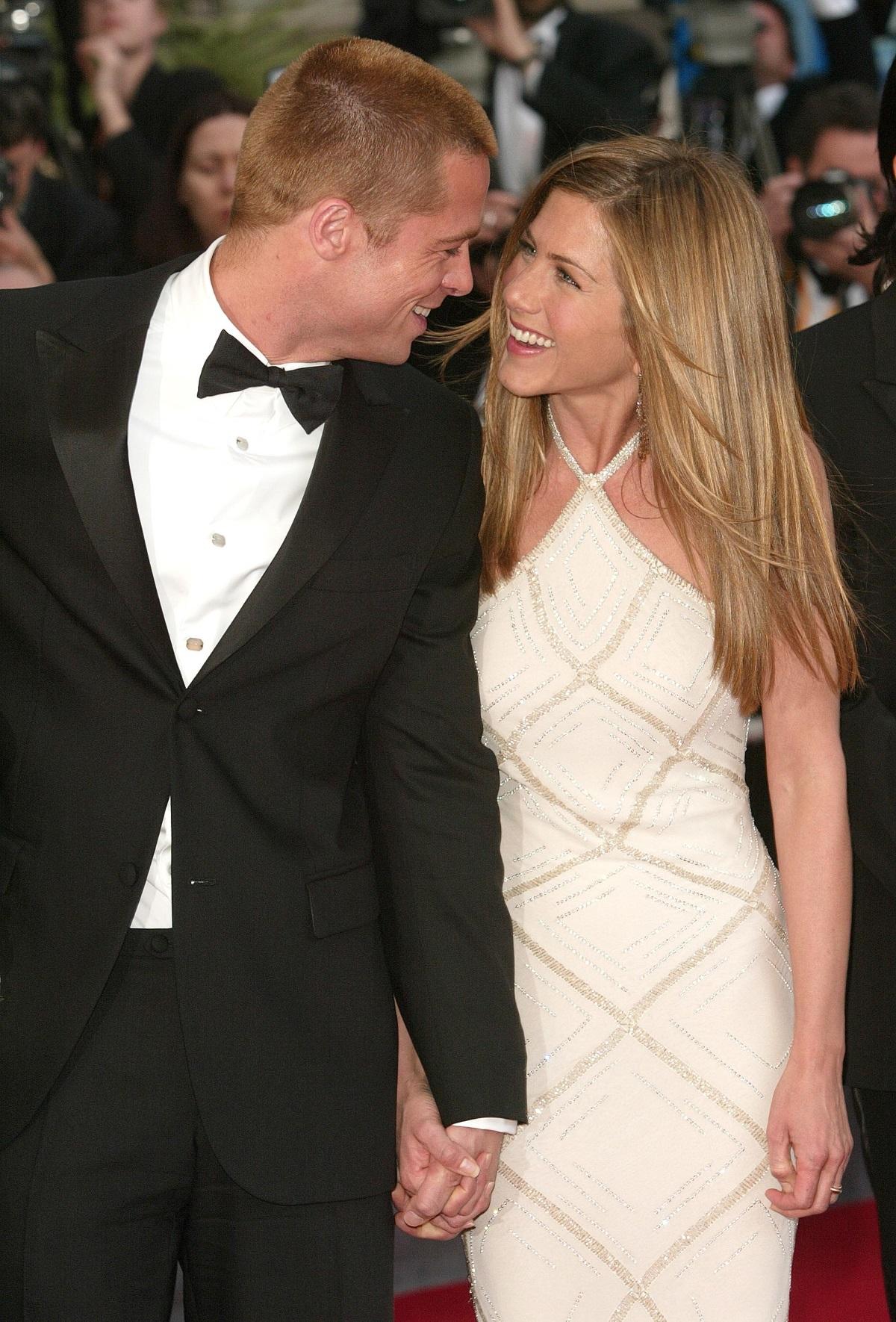 """След Полтроу през 1999 г. Брад Пит започва една от най-трайните си връзки с актрисата Дженифър Анистън. Техните агенти ги запознават, двамата се влюбват и сключват брак година по-късно в Малибу. По това време Анистън участва в сериала """"Приятели"""", където в един от епизодите играе и Брад. Двамата се разделят през 2004 г., след като Брад я изоставя заради Анджелина Джоли."""