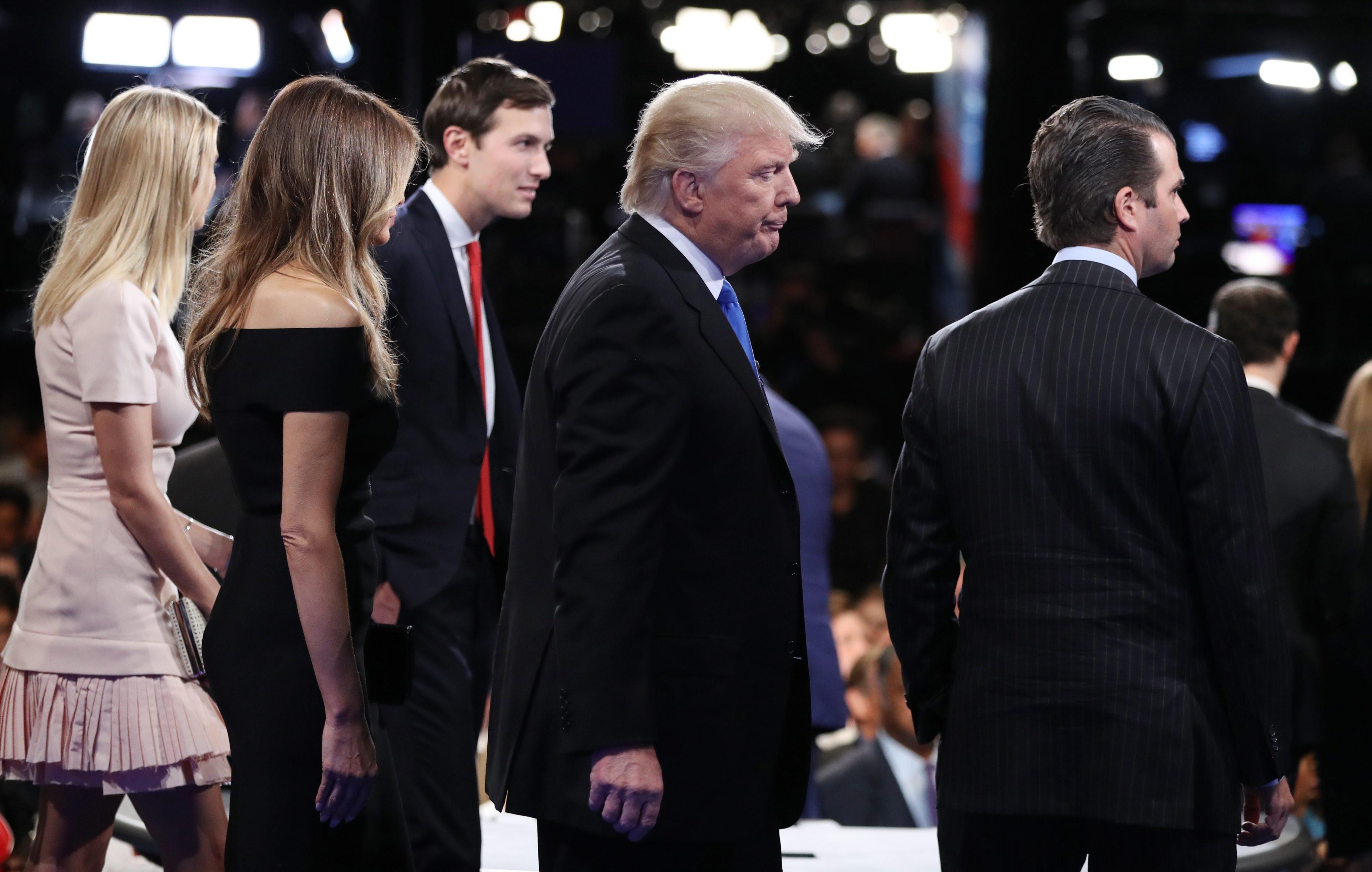 Доналд Тръмп засивделства подкрепа на семейство си.