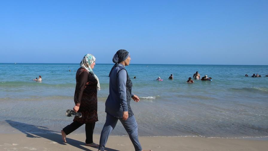 Тези християнки са по-забулени от мюсюлманките на плажа