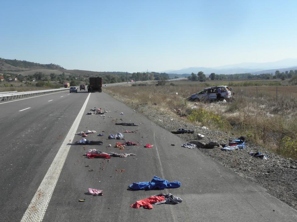 """- Лек автомобил с плевенска регистрация катастрофира на автомагистрала """"Струма"""". При катастрофата има петима пострадали."""