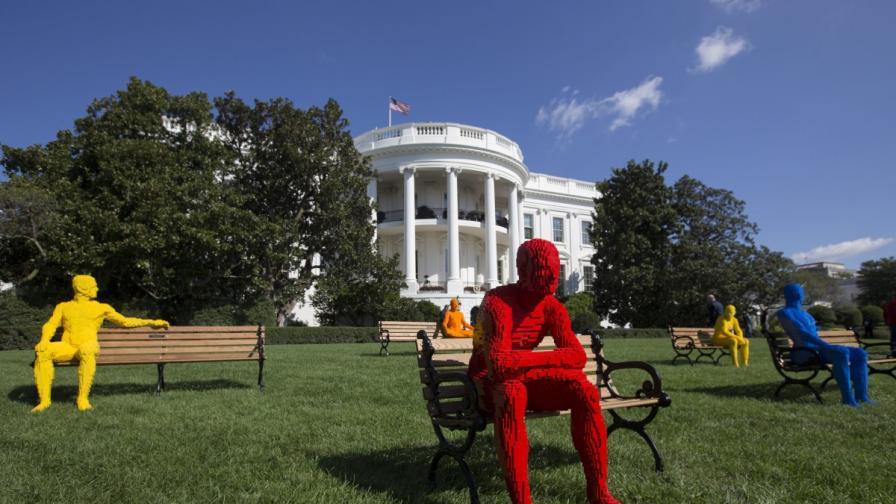 """Хора от """"Лего"""" се настаниха пред Белия дом (снимки)"""