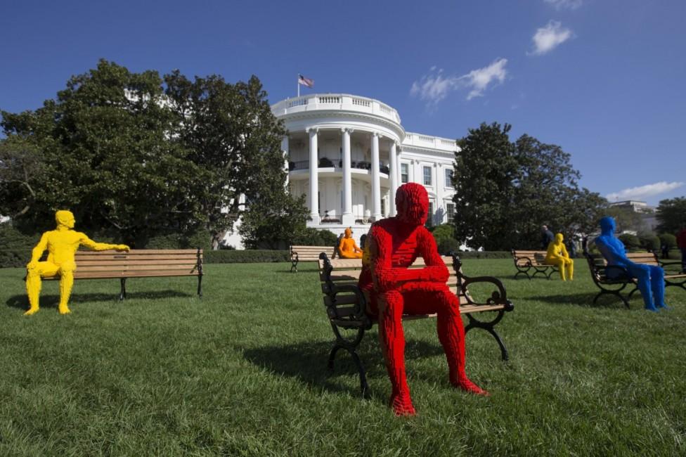 """- Фигури, направени от конструктора """"Лего"""", превзеха зелените площи пред Белия дом. Те са част от фестивала South by South Lawn, който обединява..."""
