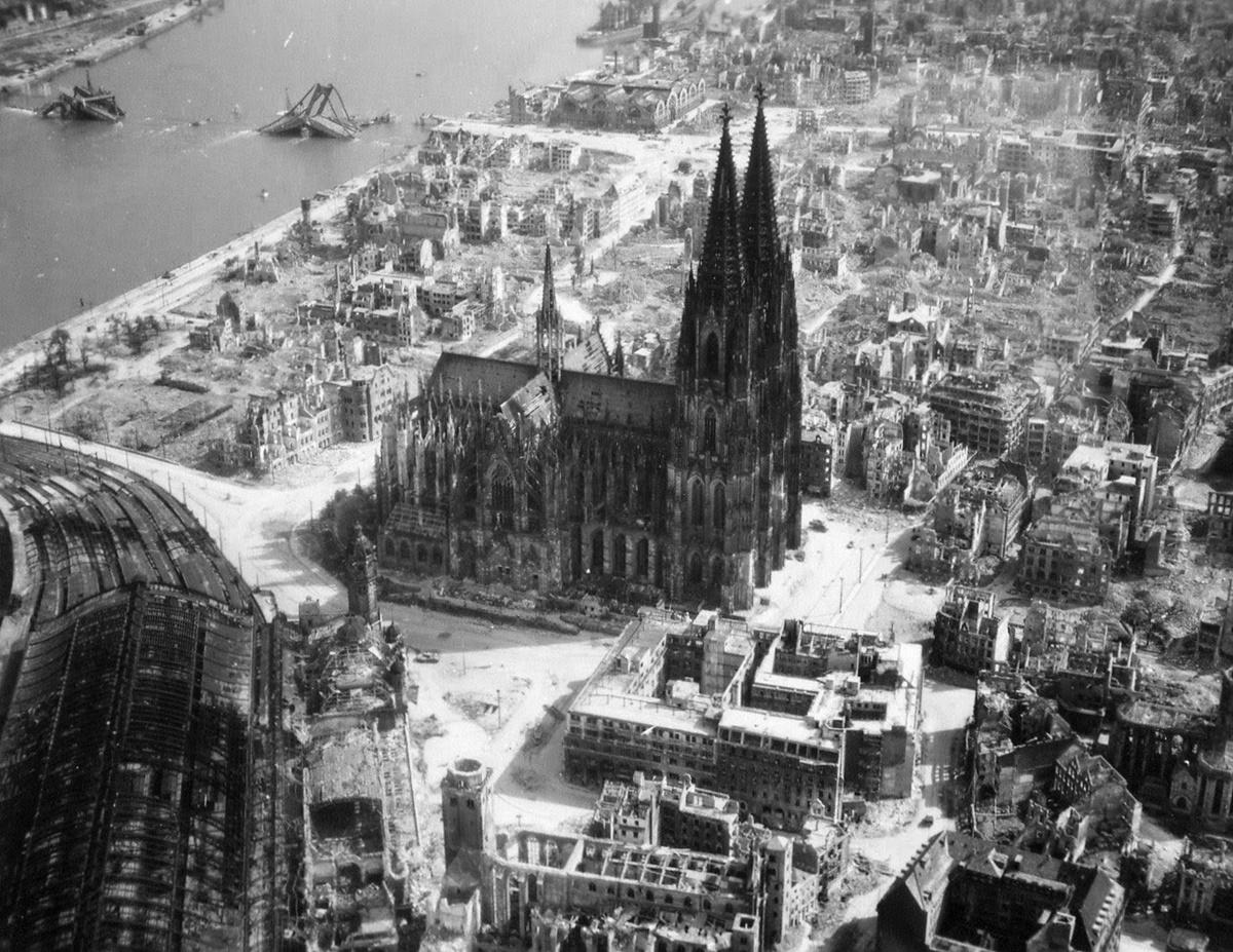 Катедралата в Кьолн, заобиколена от рузрушени сгради след бомбардировки. 1944 г.