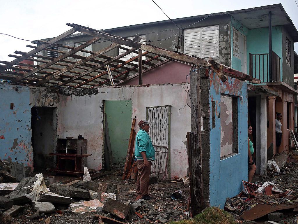 Ураганът Матю премина през Куба със скорост 225-280 км/ч.  Ураганът остави след себе си сериозни щети в източния край на острова: свлачища и наводнения, събори електрически стълбове, повреди пътища и разруши домове