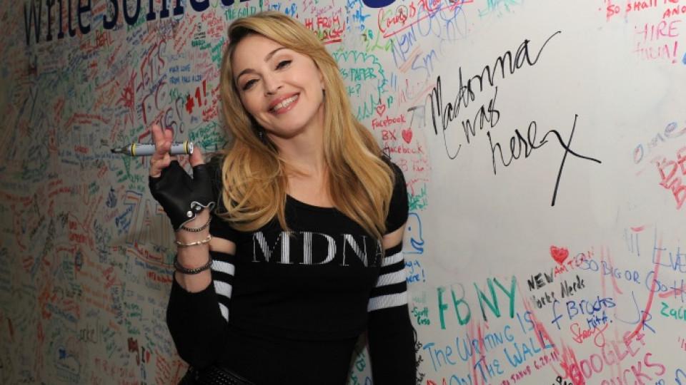 Мадона оставя автограф след шоуто на Джими Фалън