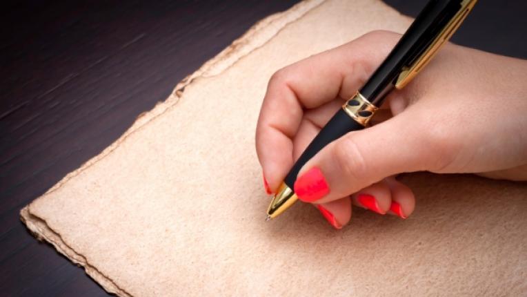писмо жена ръка лист