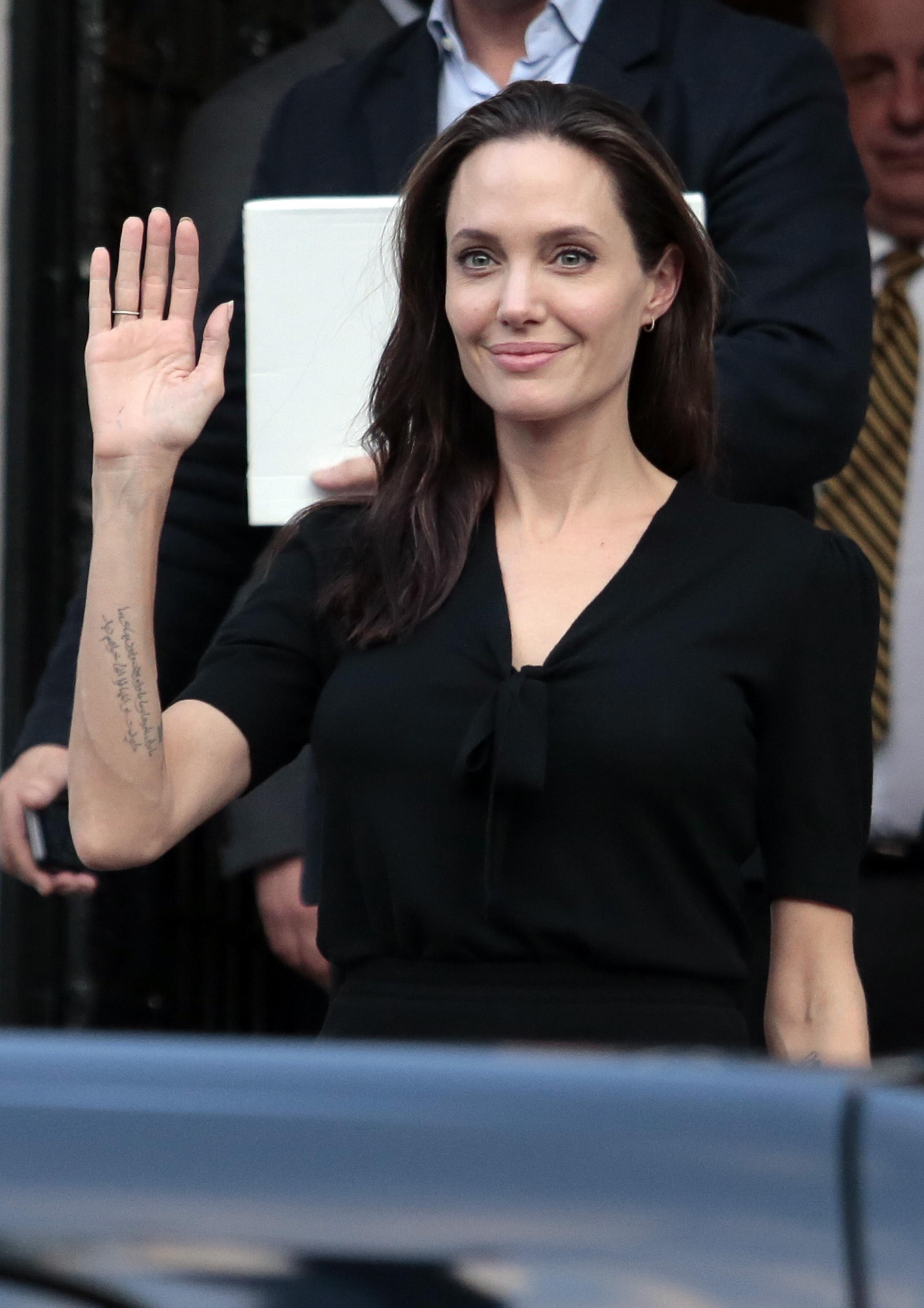 Известната и с благотворителната си дейност холивудската звезда и активистка Анджелина Джоли