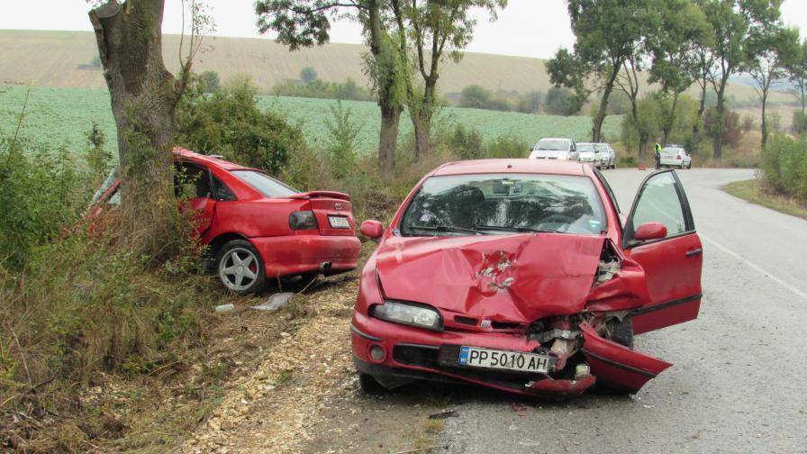 Серия от катастрофи, двама с опасност за живота