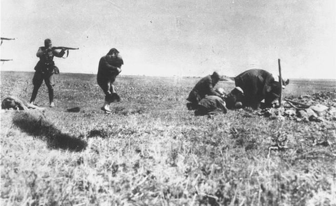 Екзекуция на киевски евреи от немски военни през 1942 г. близо до Иваноград, Украйна