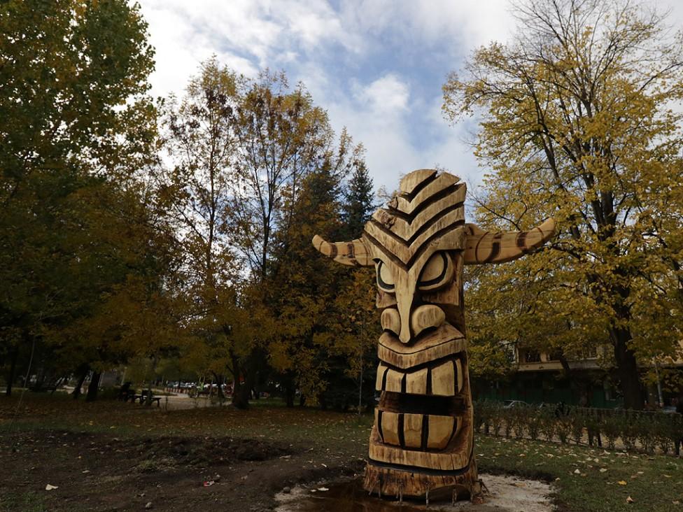 - Красива и огромна дървена статуя, вдъхновена от кукерска маска, монтират в момента в Перник - ежегодна столица на фестивала за маскарадни игри...