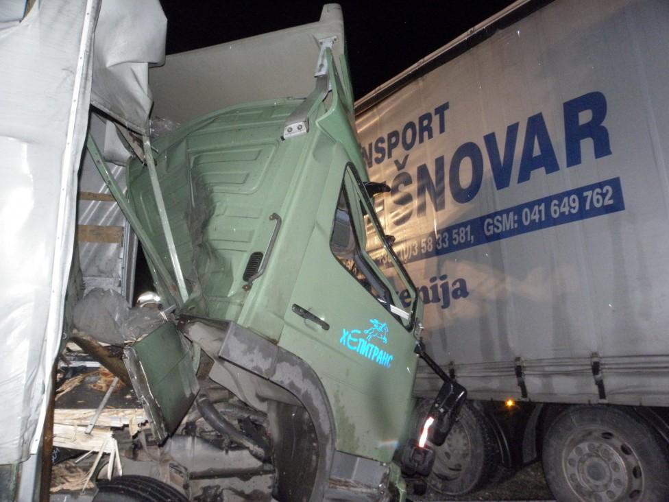 - След катастрофата пожарникари 45 минути рязаха кабината на единия товарен камион, за да извадят водача, който бе затиснат