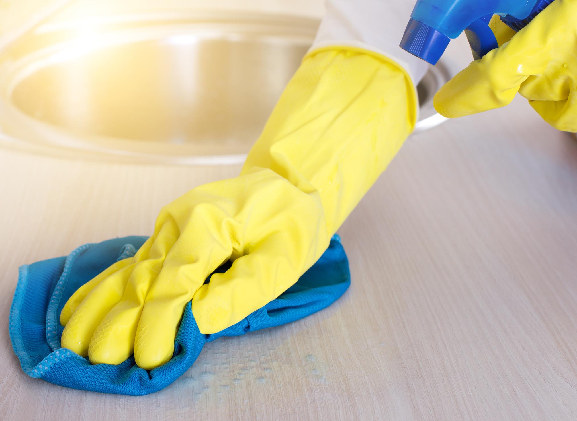 Превенцията - Винаги мийте и почиствайте дома си с ръкавици, за да защитавате кожата на ръцете си от препарати. Освен това никога не използвайте твърде гореща или твърде студена вода, защото така шокирате кожата си и тя ще се напуква, цепи, изсушава.<br />