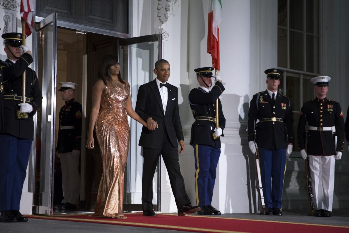 """Мишел Обама блесна в дълга и прилепнала по тялото рокля без ръкави в цвят розово злато на последната си държавна вечеря като първа дама на САЩ. Съпругата на Барак Обама избра тоалет на """"Версаче"""". Вечерята беше организирана в чест на италианския премиер Матео Ренци и съпругата му Аниезе Ландини."""