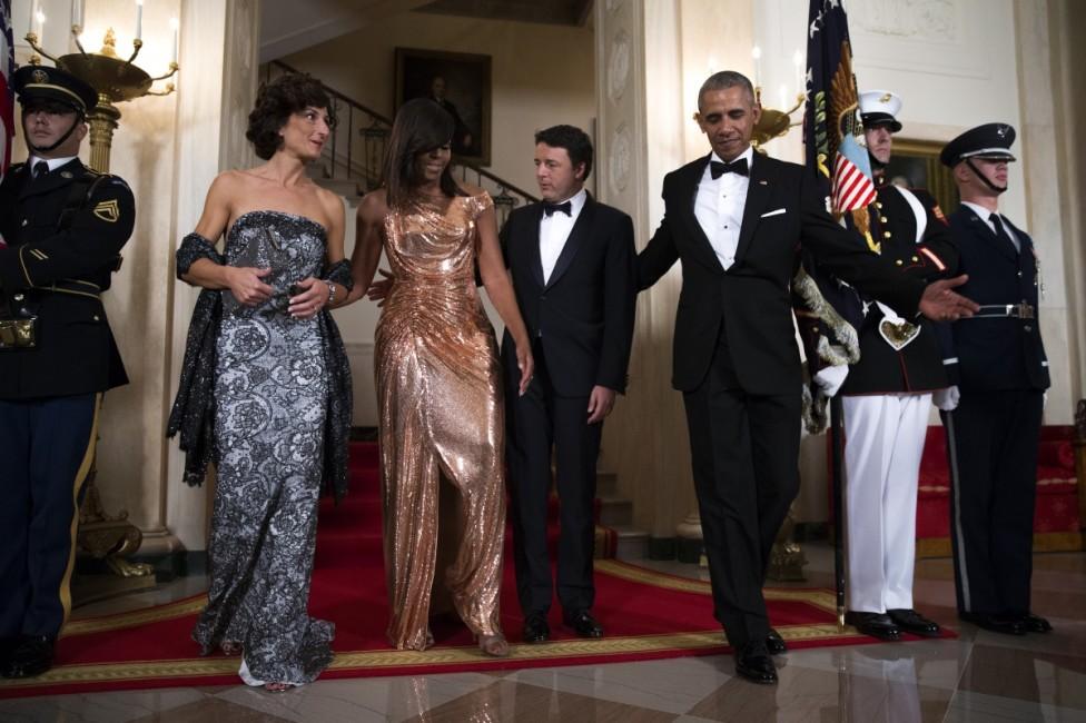 - Мишел Обама блесна в дълга и прилепнала по тялото рокля без ръкави в цвят розово злато на последната си държавна вечеря като първа дама на САЩ...