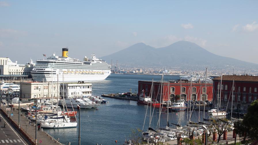 Неапол на фона на Везувий