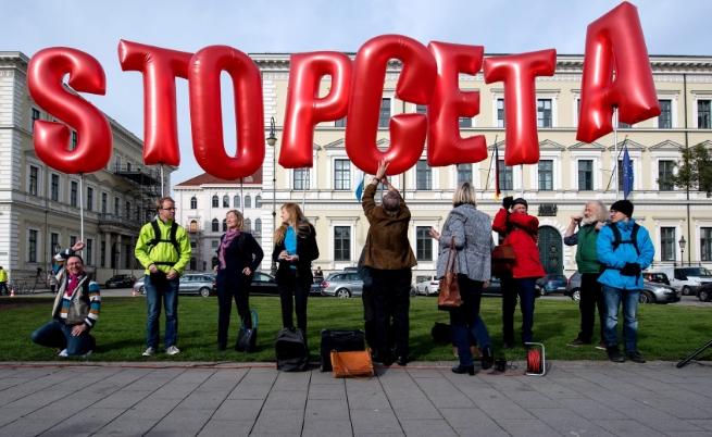 Членове на различни организации протестираха срещу подписването на СЕТА пред Баварското министерство на вътрешните работи в Мюнхен