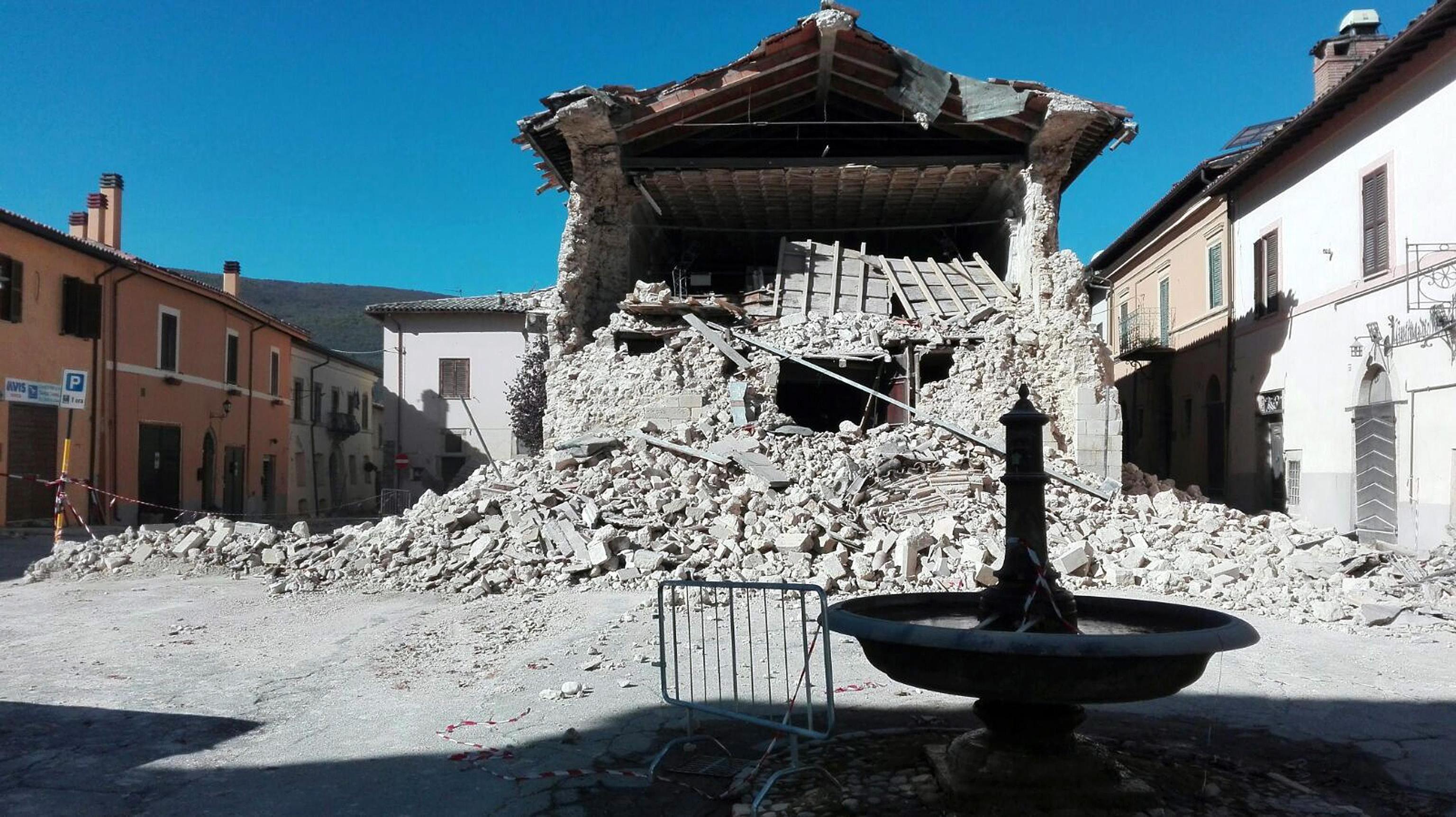 """Силно земетресение разтърси Централна и Южна Италия тази сутрин. Трусът е с магнитуд между 6,1 и 6,6 по Рихтер. Епицентърът на труса е на 132 км североизточно от Рим и на 67 км източно от град Перуджа. пострадала от труса. Няма жертви при бедствието. Трусът обаче заличи две емблематични сгради за Италия - базиликата """"Св. Бенедикт"""" в гр. Норча, провинция Перуджа и часовниковата кула в Аматриче."""