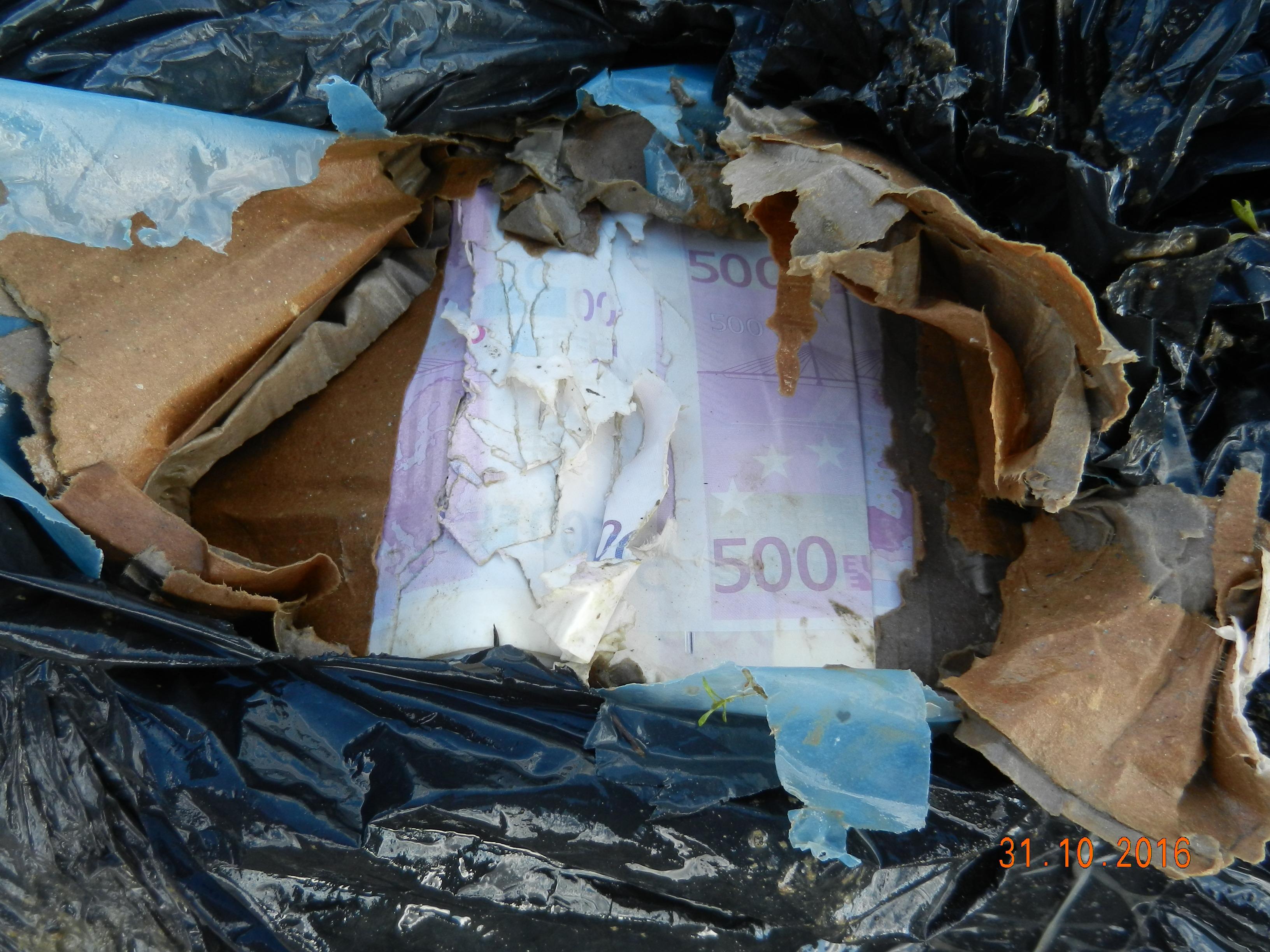 Листове с напечатани неистински банкноти евро на обща стойност 12 млн. евро съхнат в момента в заседателната зала на полицията в Пловдив. Общо 14 млн в готов вид и заготовки са откритите количества, които водят следи към разкрита вече печатница в Първомай. При акцията са хванати и незаконни оръжия, откраднати от магазин в Хасково.