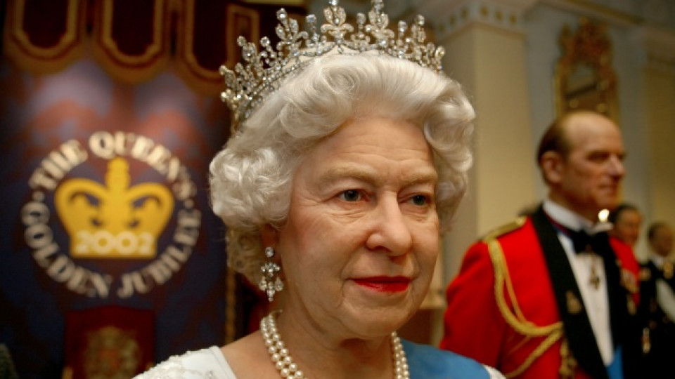 """Тoва е статуята на кралица Елизабет II, която бе изложена в музея """"Мадам Тюсо"""" в Лондон за нейния златен юбилей, честван през 2002 г."""