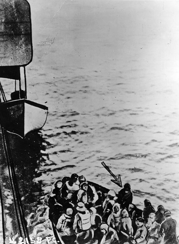 """На борда на """"Карпатия"""" се качват оцелелите на спасителните лодки. Човекът, посочен със стрелка, е част от екипа на кораба."""