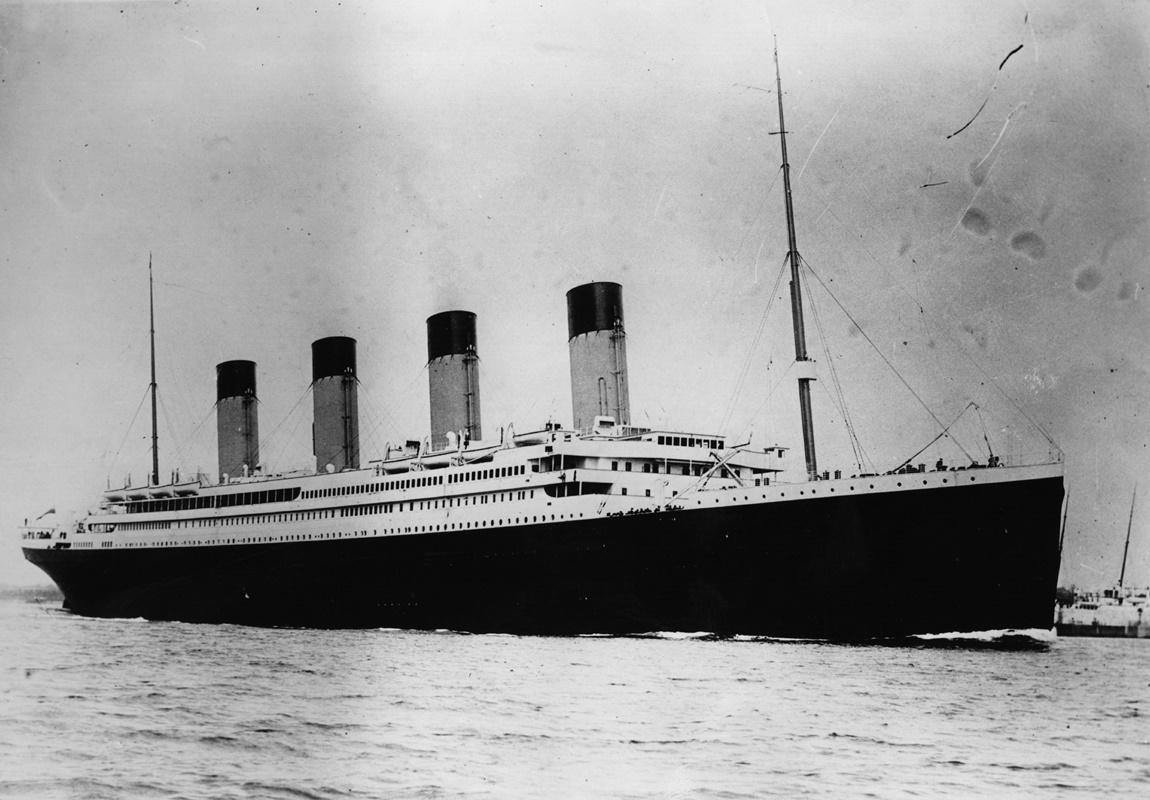 """""""Титаник"""" един от трите британски лайнера """"Олимпик"""", който потъва след сблъсък с айсберг в ранната сутрин на 15 април 1912 г. При катастрофата загиват над 1500 души, а 705 са спасени."""