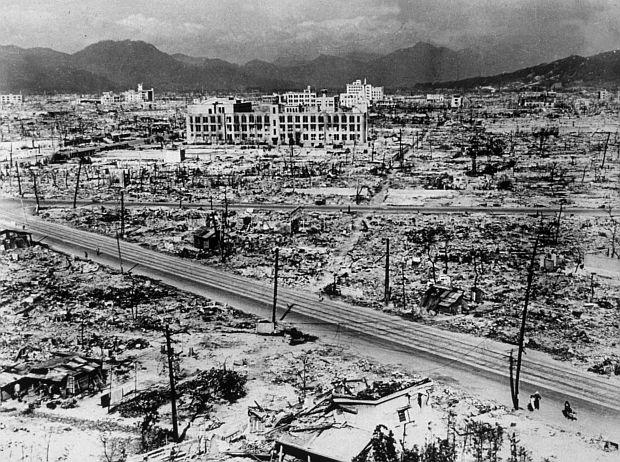 """Aтомните бомби, които ще унищожат Хирошима и Нагазаки. """"Близо до портите на два града, ще има бич, какъвто хората не са виждали. Глад и чума, хора угасено от стомана ще ридаят до безсмъртния Бог за облекчение."""" Това според интерпретаторите описва атомните бомби."""