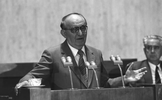 10 ноември: На пленум на ЦК на БКП е приета оставката на Тодор Живков
