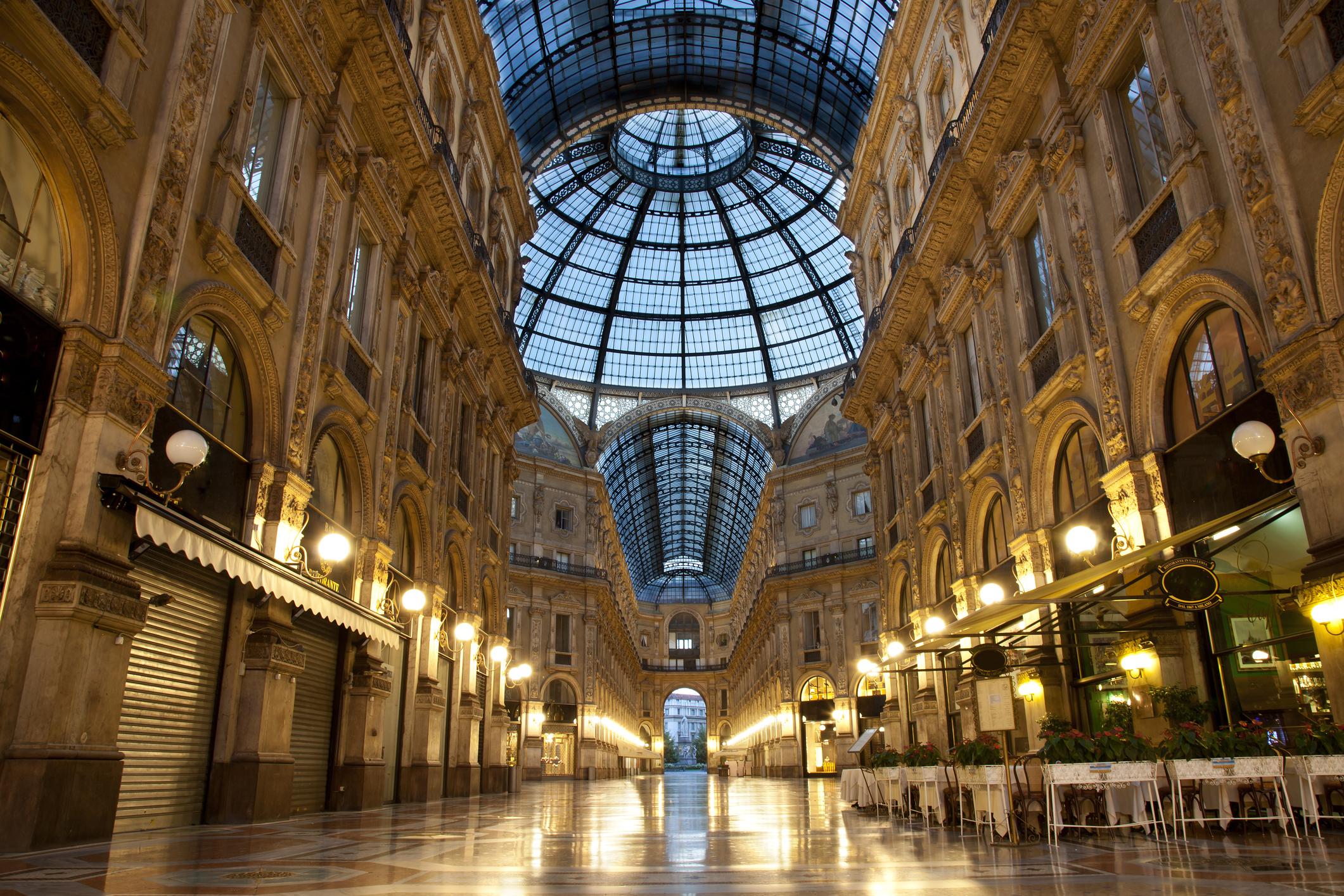 """В непосредствена близост до """"Дуомо"""" на същия площадПиаца дел Дуомое и прочутата покритагалерия на Виктор Емануилвъв форма на кръст с остъклени тавани, където се намират най-известните магазини и заведения."""