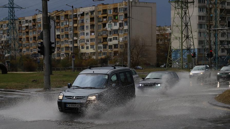Изненадващ проблем, бурята в София отнесе номерата на коли