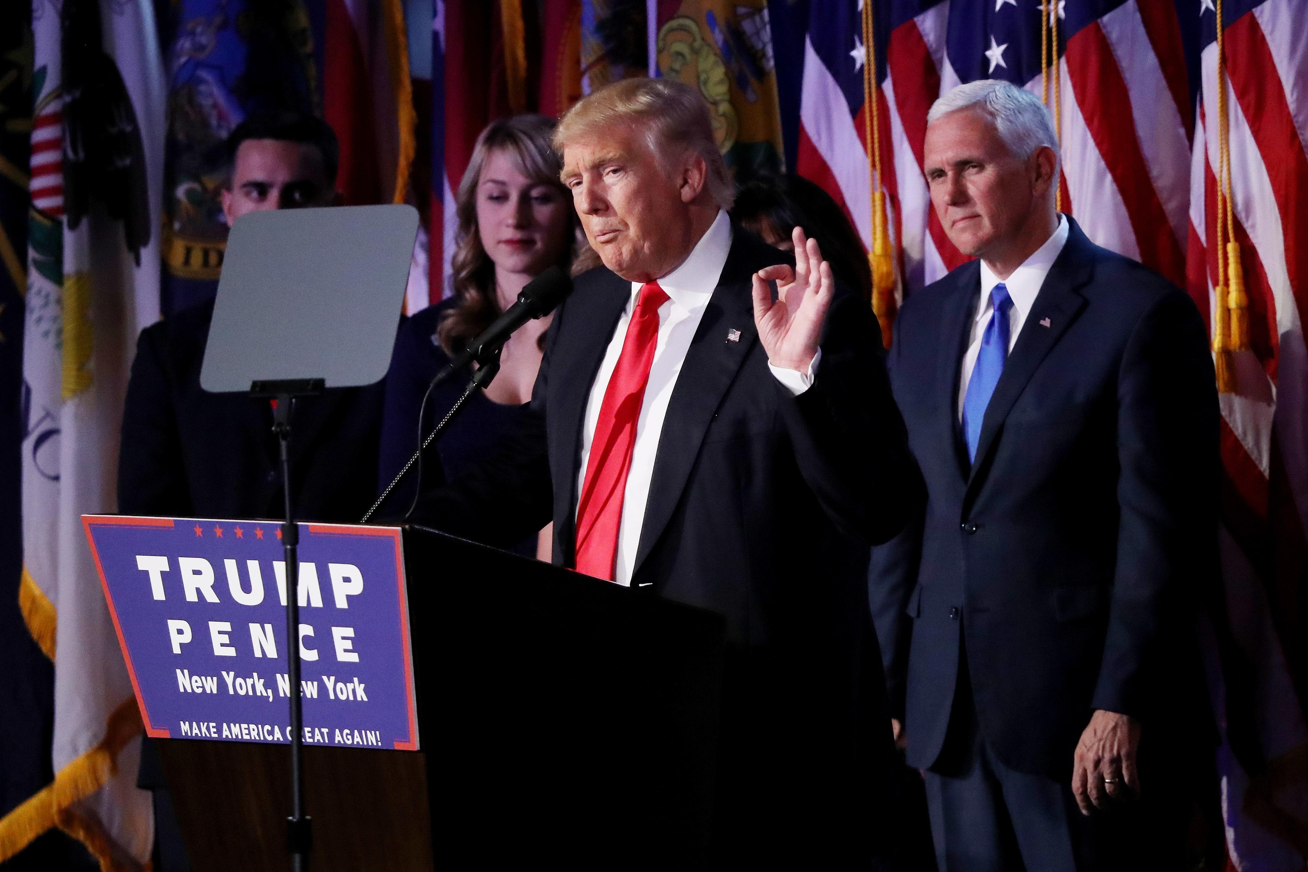 Изненадващо за мнозина милиардерът Доналд Тръмп ще бъде 45-ият президент на САЩ. След като стана ясно, че той печели срещу кандидата на демократите Хилари Клинтън, Тръмп държа и речта на победата в Ню Йорк, а на сцената беше и семейството му