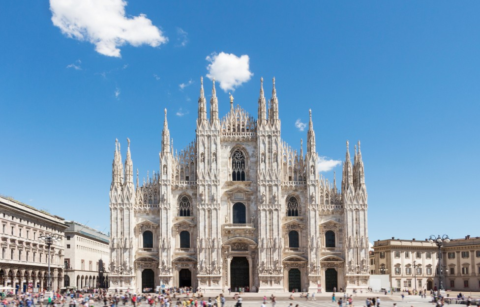 """- Сърцето на града е огромната катедрала """"Дуомо"""". Строежът ѝ започва през1386г. и е приключил през 1820г., висока е 108 метра и 158 метра дълга. ..."""