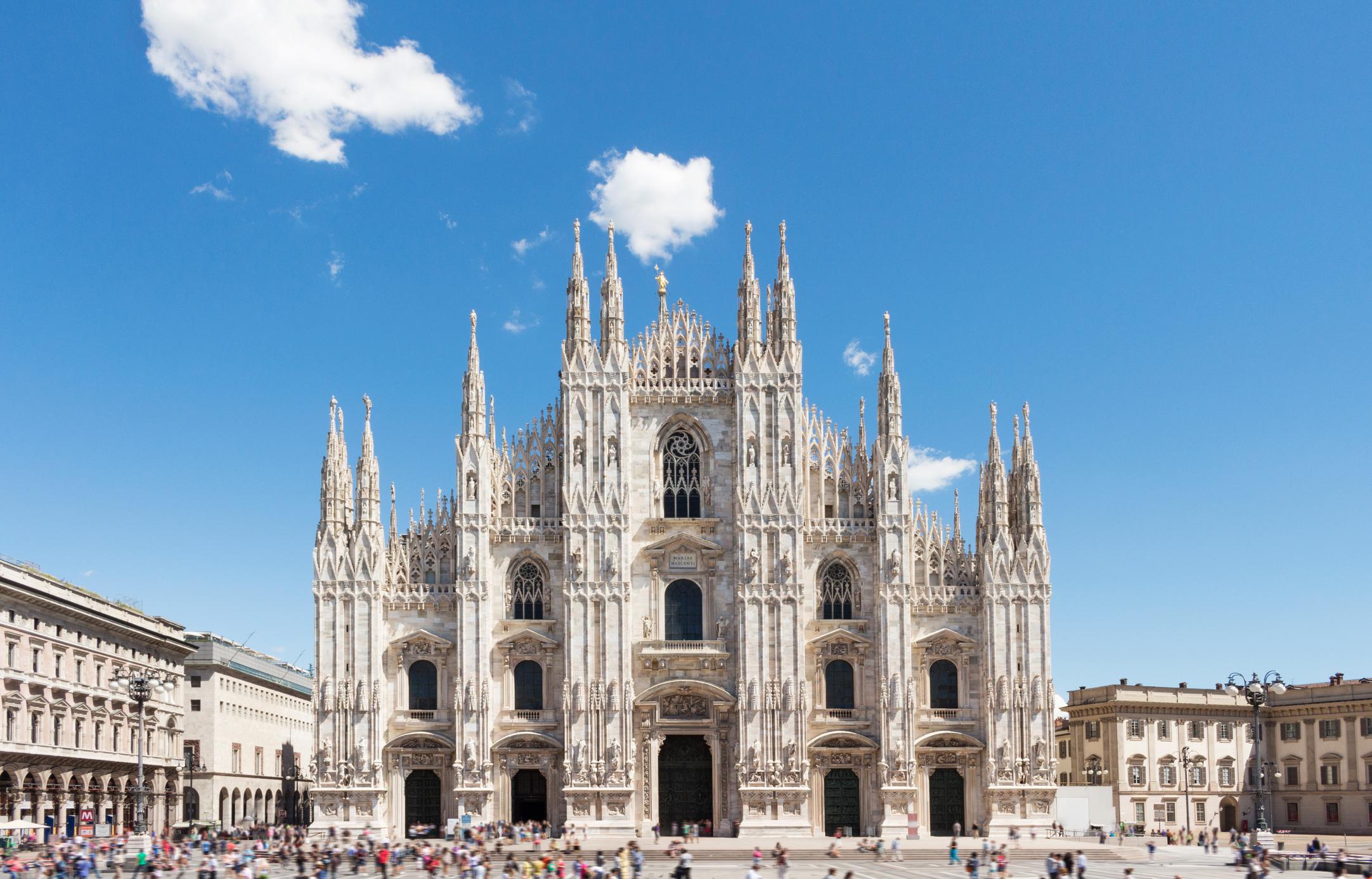 """Сърцето на града е огромната катедрала """"Дуомо"""". Строежът ѝ започва през1386г. и е приключил през 1820г., висока е 108 метра и 158 метра дълга. <ul>  <li>Сърцето на града е огромната катедрала в неоготически стил – """"Дуомо"""", станала известна от филма наФедерико Фелини""""Чудото в Милано"""". Строежът ѝ започва през1386г. и е продължил до1820г., висока е 108 метра и 158 метра дълга.</li> </ul>"""
