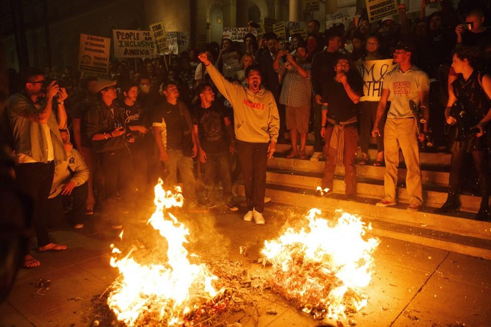 - Хората излязоха по улиците на редица градове, за да протестират срещу новия президент. Демонстрации имаше по улиците на Ню Йорк, Филаделфия, Чикаго...
