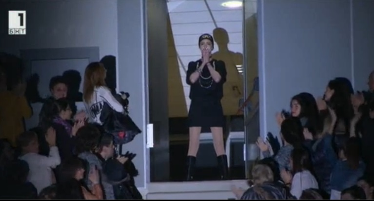 """Гимнастичката Цветелина Стоянова дойде в зала """"Арена Армеец"""", за да наблюдава бенефиса на националния ансамбъл по художествена гимнастика. 14-те хиляди в залата аплодираха бурно момичето, което се изправи на крака в крайно емоционален момент."""
