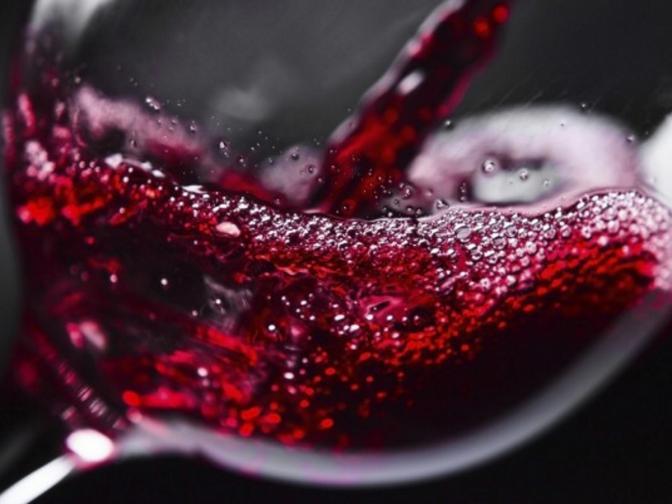 <br /> Завъртете чашата енергично. Така виното се разлива върху по-голяма повърхност и отделя повече аромати, над 75% от цялостната оценка на виното се дължи на носа<br />