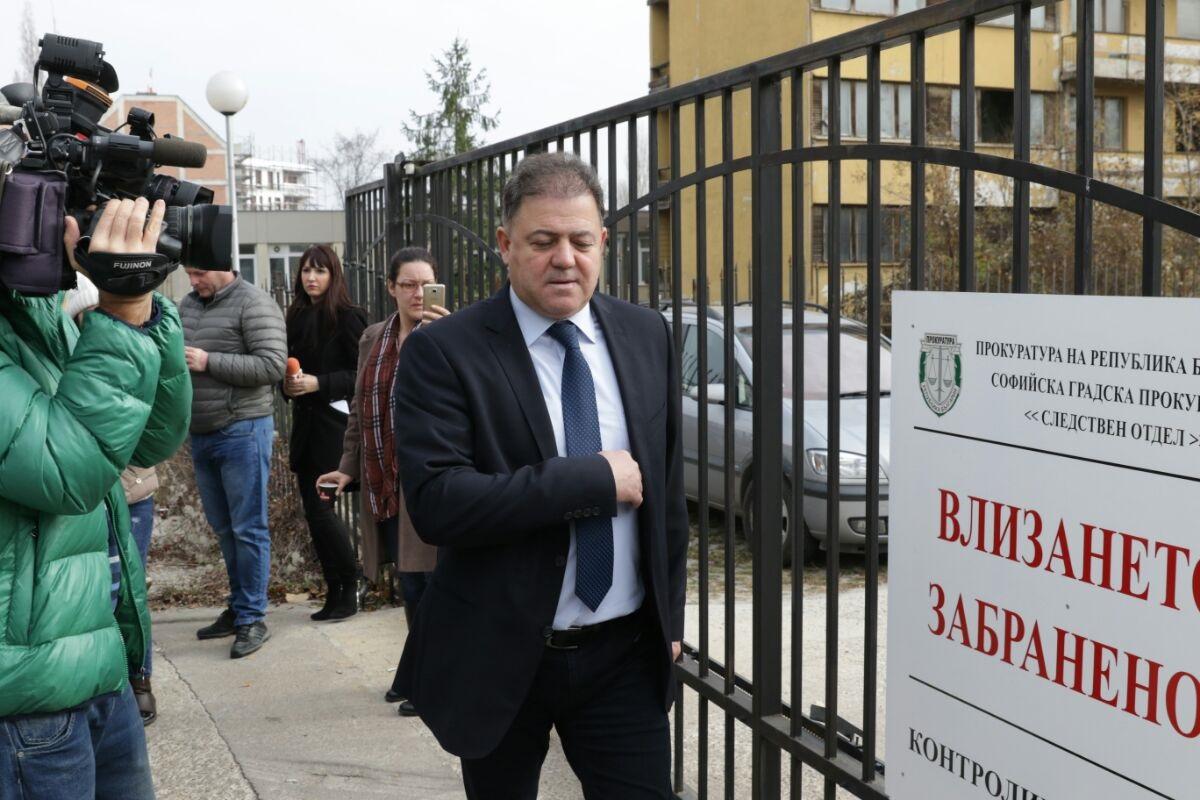 Министърът на отбраната в оставка на разпит в следствието