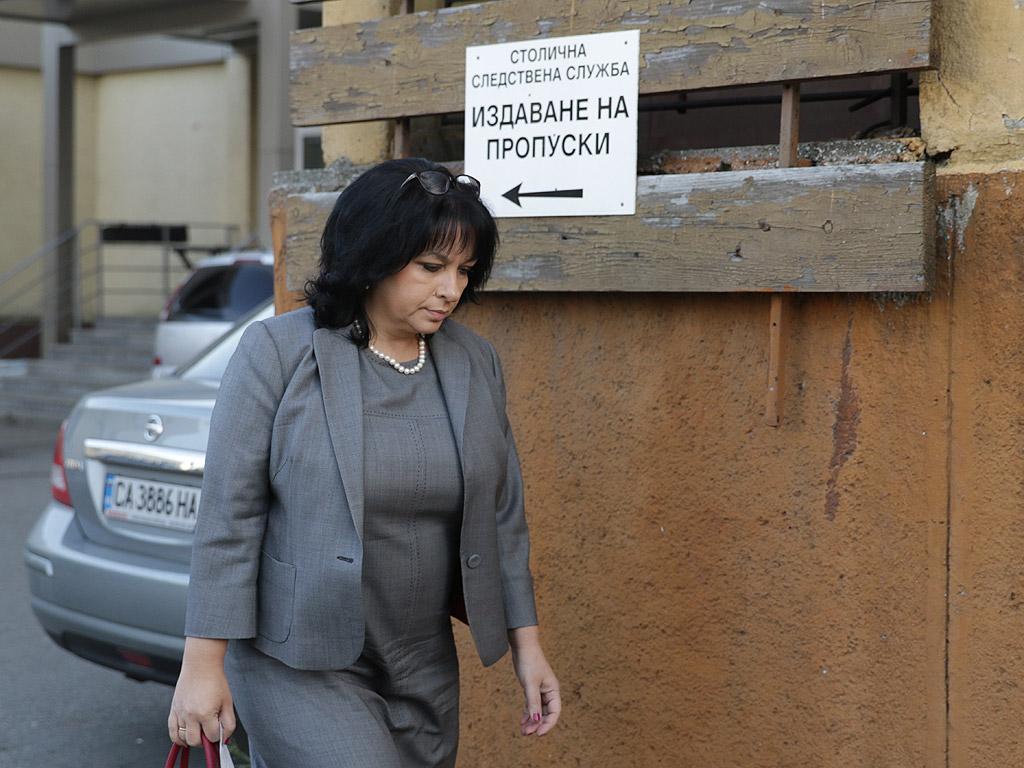 Целият кабинет в оставка ще бъде разпитан днес и утре, без премиера Бойко Борисов. Причината - повдигнатите обвинения на здравния министър Петър Москов и неговия заместник - Адам Персенски, че са ощетили държавата покрай даренията с ваксини между Турция и България.