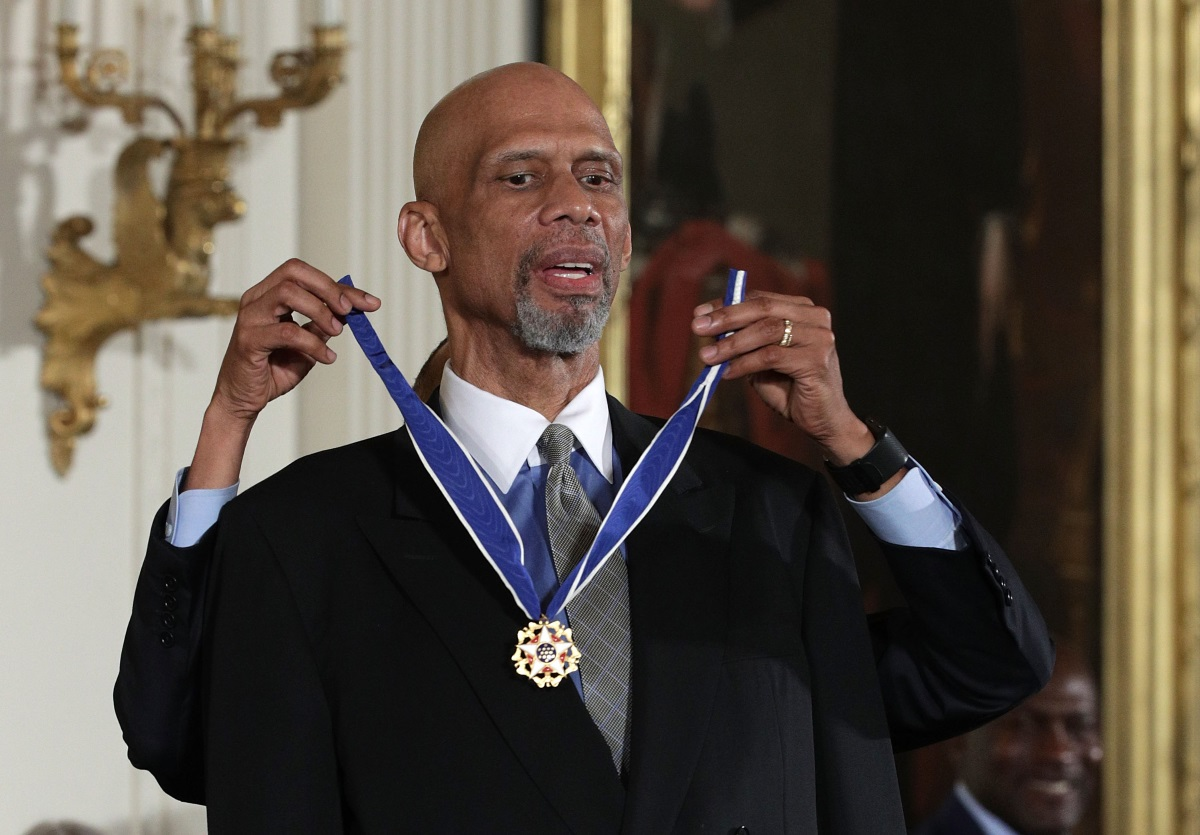 Барак Обама връчи Медал на свободата на баскетболистаКарим Абдул-Джабар