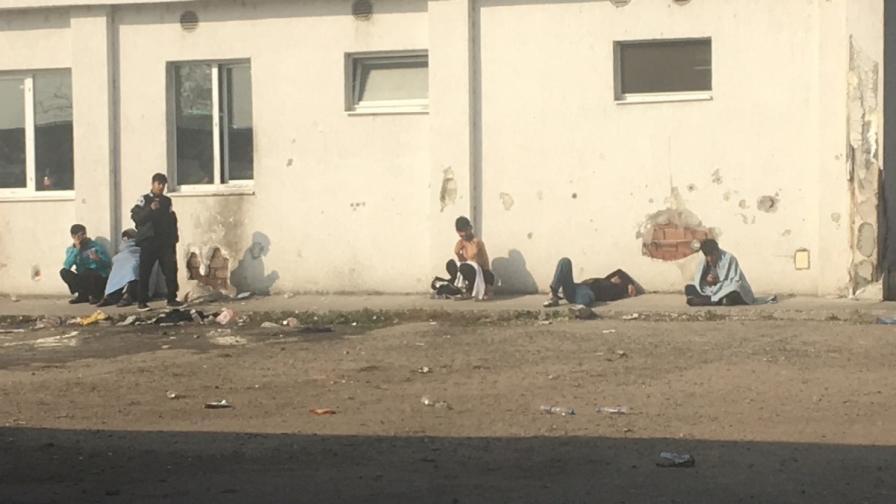 Харманли: Вече пускат здравите бежанци навън