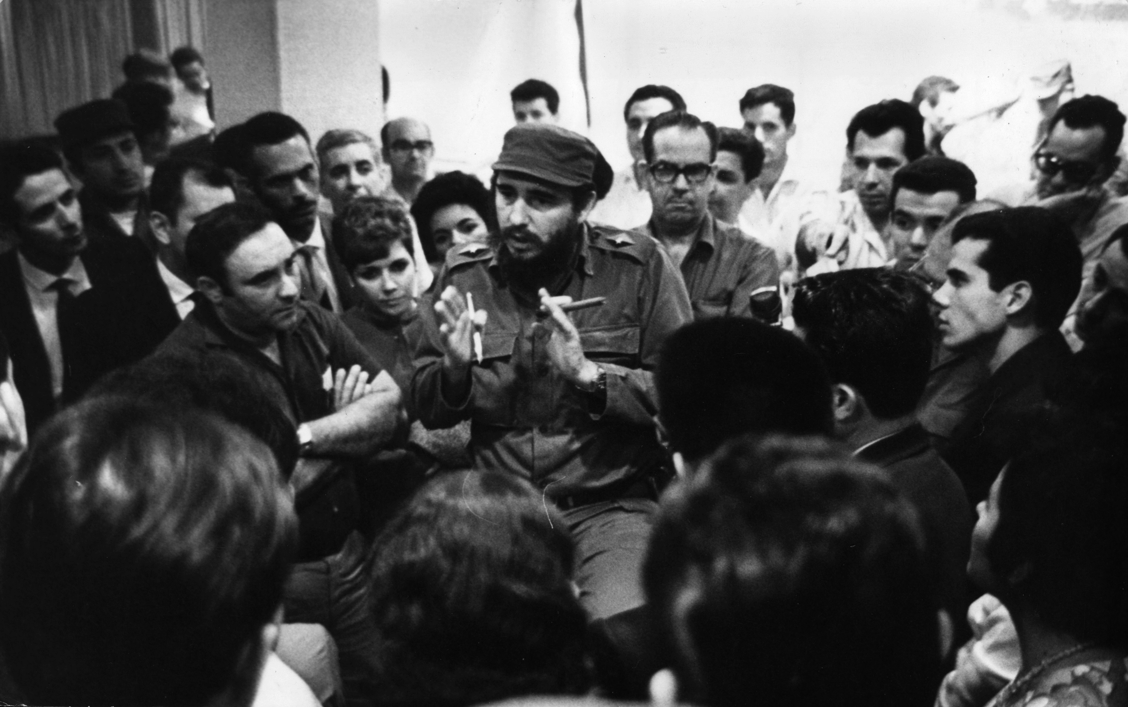 1950 г. - Фидел Кастро говори с кубински медицински екип, които тръгват за Перу, за да помогнат за справяне с последиците от земетресение.