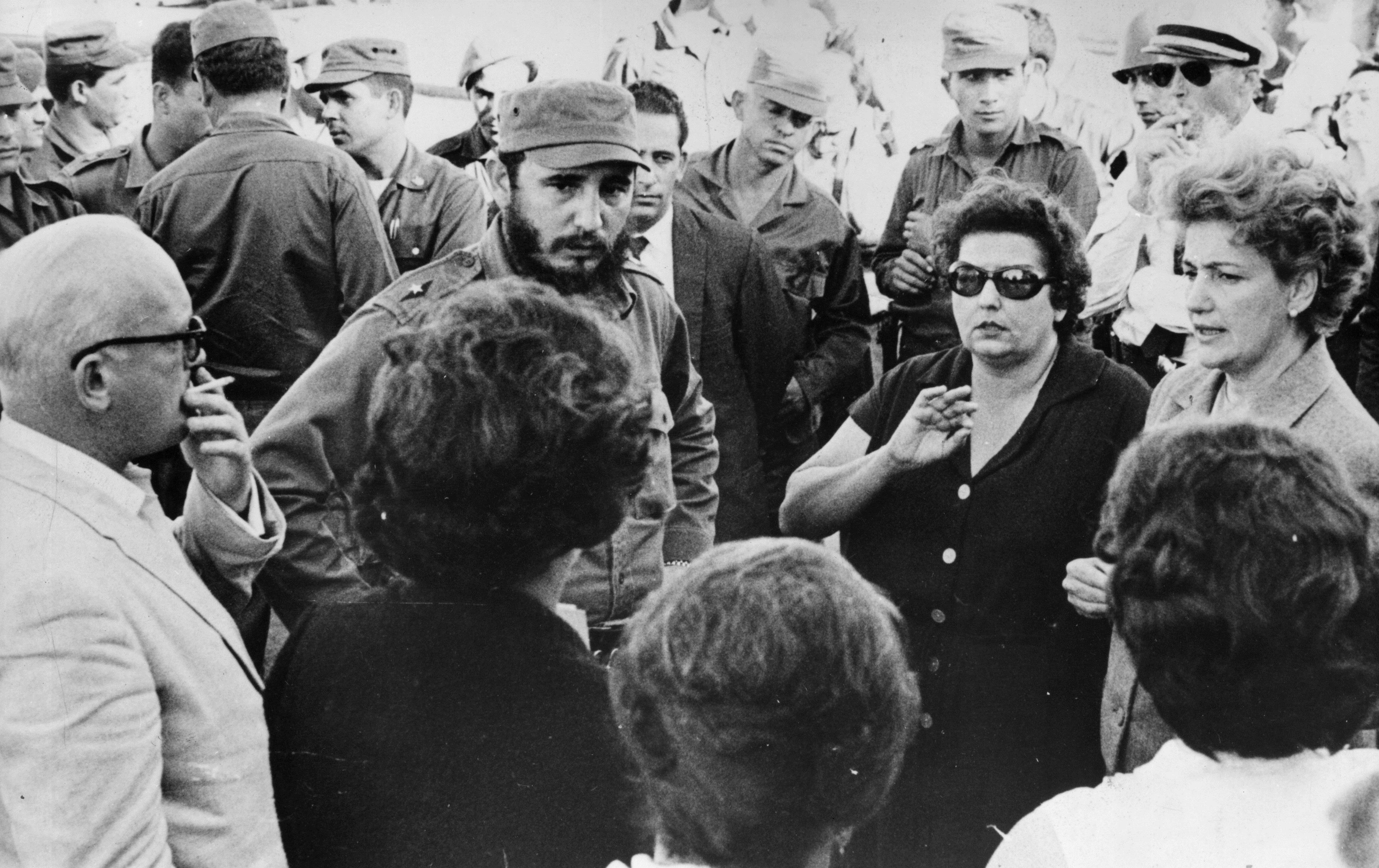3 януари 1963 г. - Кубинският премиер Фидел Кастро говори с родителите на някои от американските затворници, държани като заложници за храна и провизии от правителството на Куба след неуспешната емигрантска инвазия в Залива на прасетата.