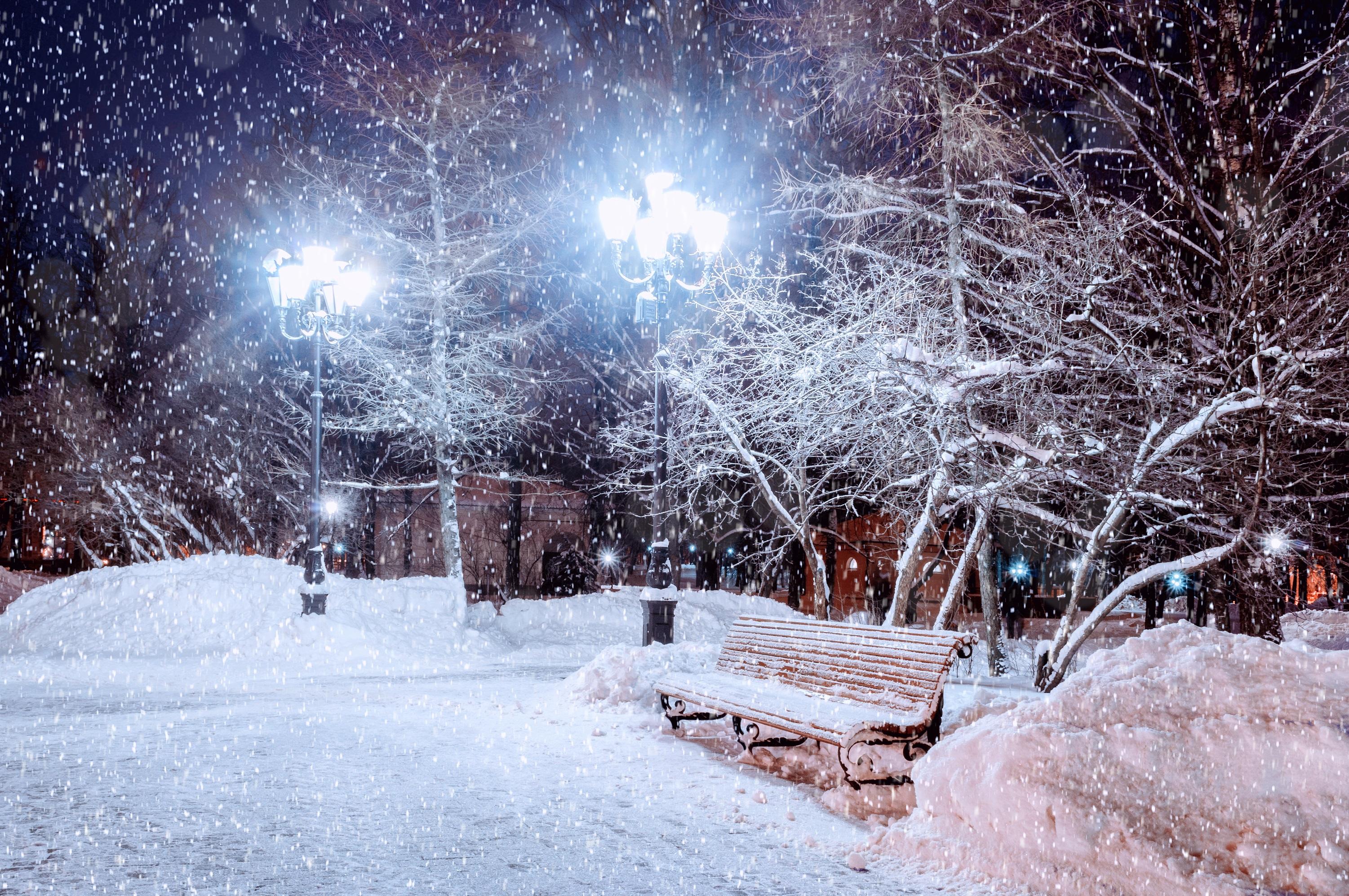 Декември е първият зимен месец, но освен сняг и студено време, той ни носи и много красота. Кара ни да оценим топлината и уюта на семейното огнище.
