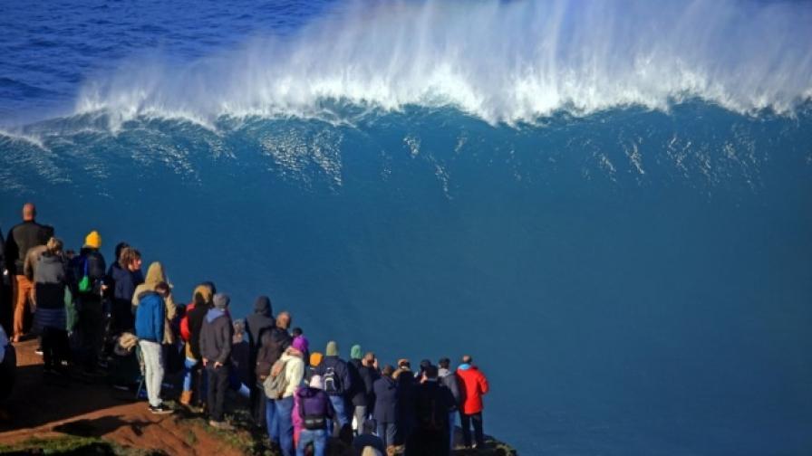 В Назаре вълните продължават да прииждат
