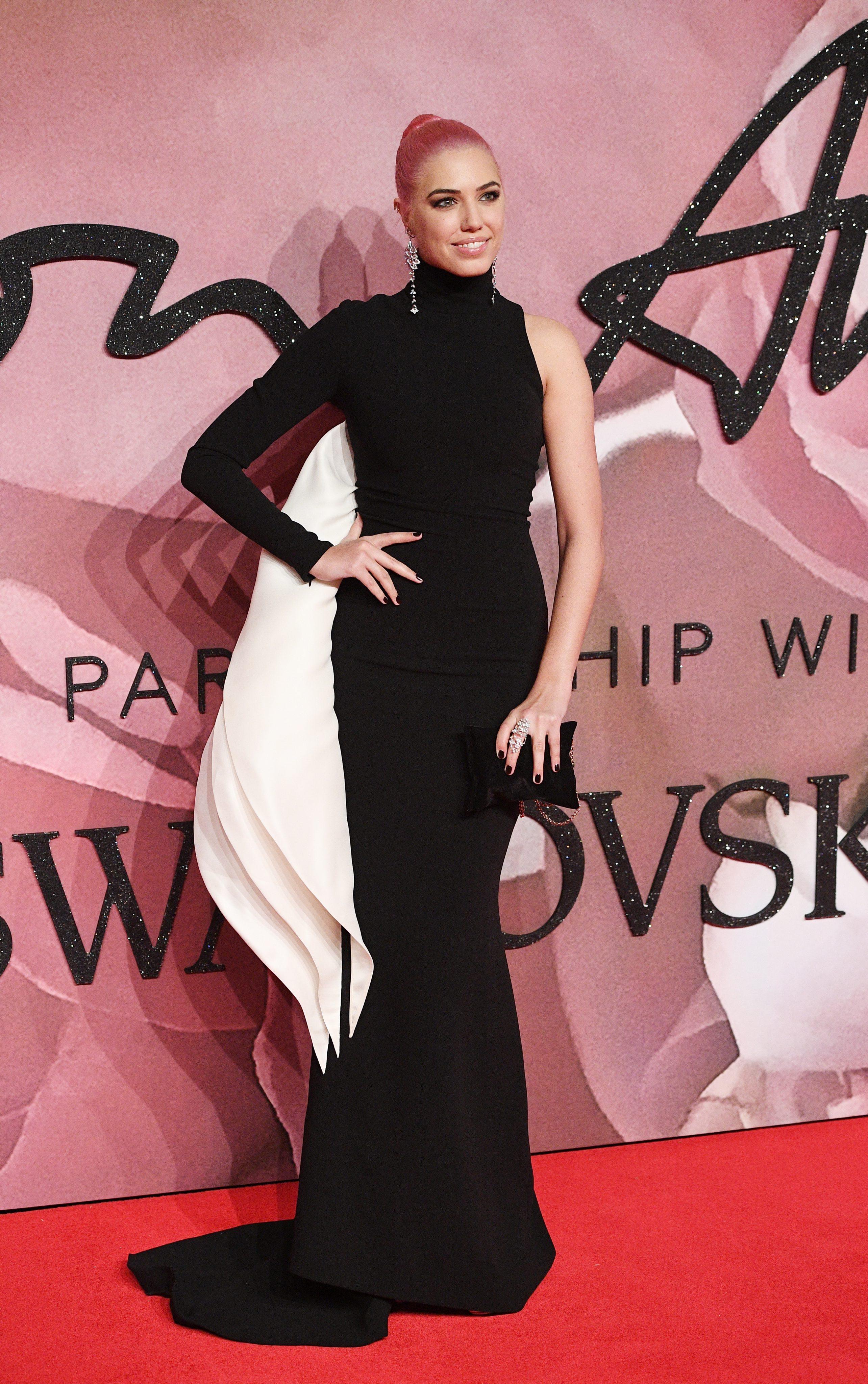 """Джиджи Хадид бе коронясана като международен модел на годината, а """"Александър Маккуин"""" бе обявен за най-добър британски моден лейбъл на церемонията за Британските модни награди за 2016 г., предаде Ройтерс. Топ дизайнери, модели и знаменитости не се уплашиха от студеното време в Лондон и минаха по червения килим пред """"Ройъл Албърт хол"""" за церемонията."""