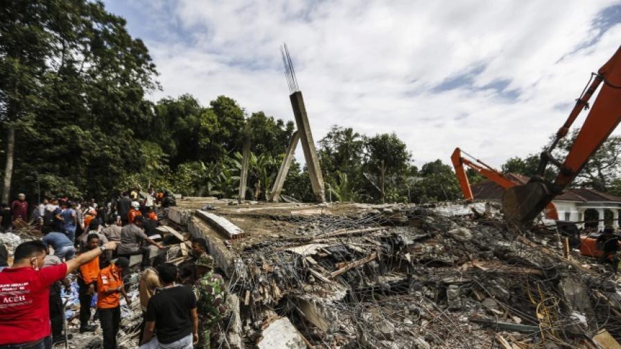 Силен трус почерни Индонезия, провинция е в руини
