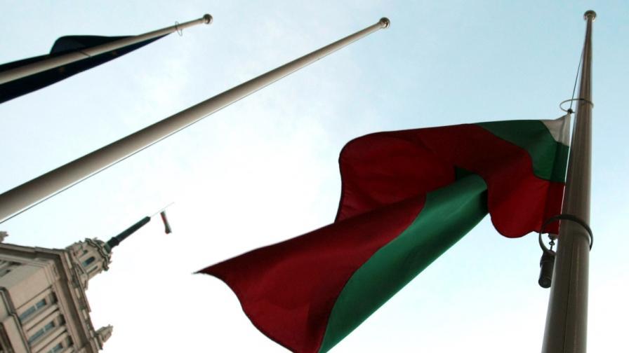 Свалиха наполовина знамената в Деня на траур