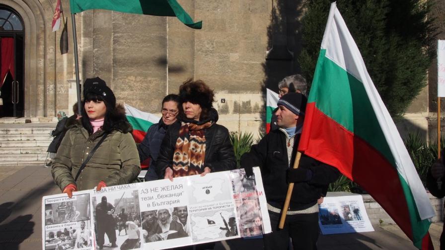 """""""Галъп"""": Българите не искат мигранти и помощи за ромите"""