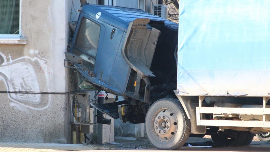 Камион се блъсна в табло за газ, отцепиха района